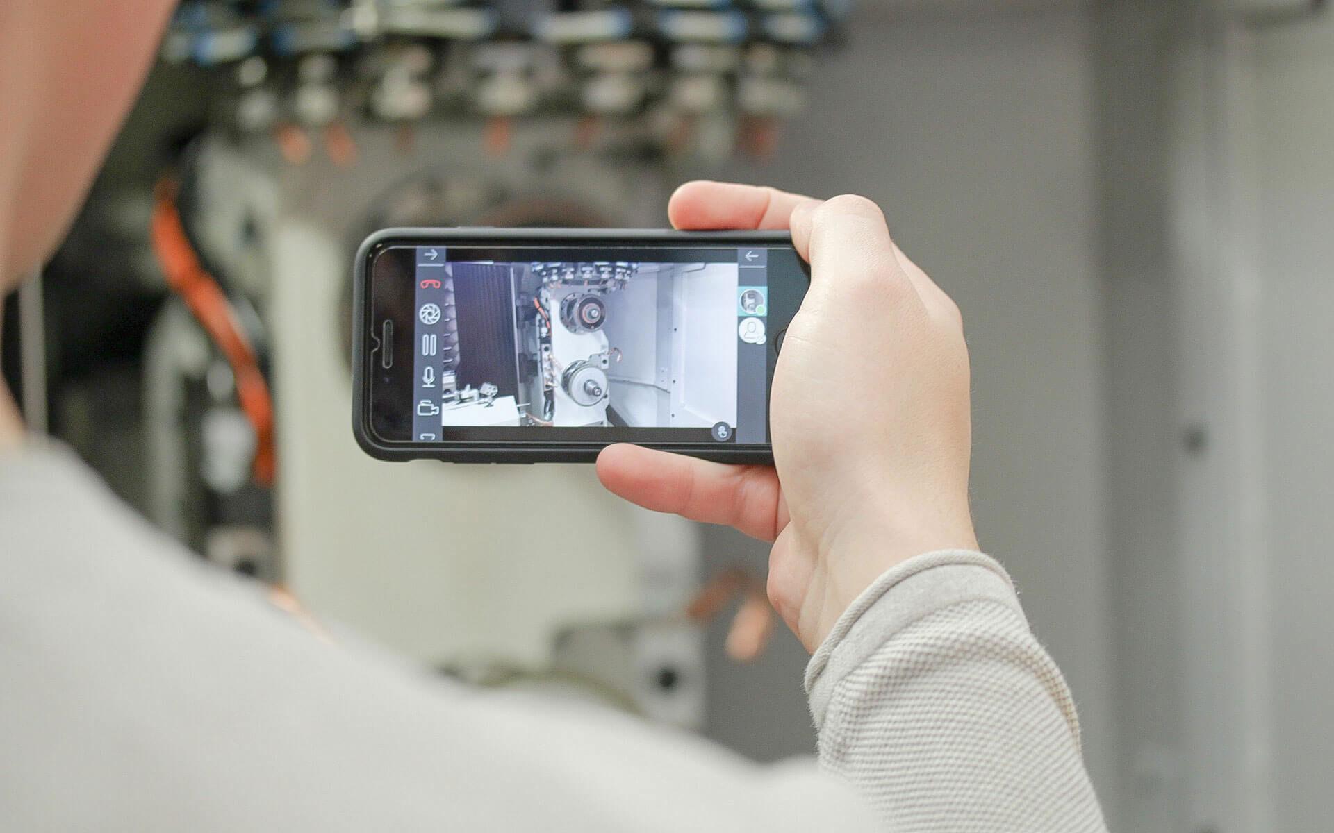 """Mit der App """"oculavis SHARE"""" lassen sich Livebilder einer Vollmer Schärfmaschine aufnehmen und über das Smartphone mit dem Vollmer Helpdesk und anderen Beteiligten teilen."""