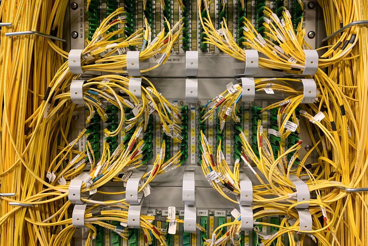 © IT Center RWTH Aachen Die Verbindung der 5G-Teilnetze und Antennen mit dem 5G-Core erfolgt mit Glasfasern, welche zentral im Patchpanel am IT Center zusammenlaufen.